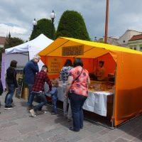 Prevádzka Vegetarián Levoča má 1 kuchyňu a 3 výdajné miesta. Dve v Spiškej Novej Vsi a jedno v Levoči. Na Vegánskych hodoch v Žiline sa môžete tešiť na naše skvelé kysnuté koláče, pizze a tiež na indicke samozy. :)