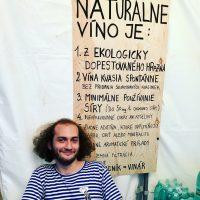 Slobodne Vinarstvo- Naturálne Vína. Naše vína vyrábame výlučne z hrozna dopestovaného vo vlastnom vinohrade obhospodarovanom ekologicky. Víno vnímame ako živý organizmus. Pri výrobe kladieme dôraz na remeselnú precíznosť a na pochopenie prírodných procesov. Nesnažíme sa ich meniť. Všetky naše vína kvasia prirodzene bez pridania selektovaných kvasiniek a enologických trikov. Okrem vína predstavíme aj nealkoholickú muštonádu a naše za studena lisované oleje.