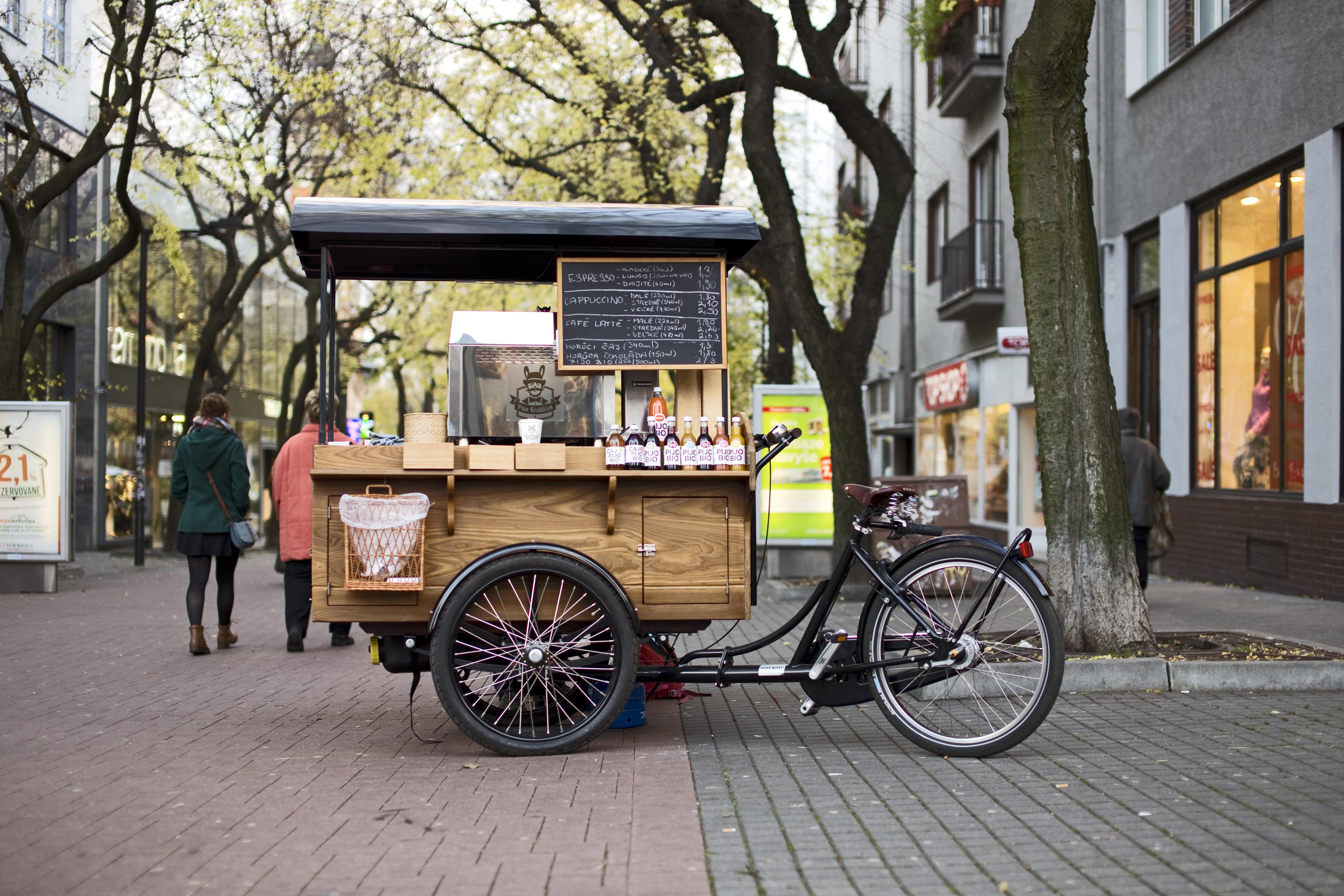 Pán Králiček je prvá pojazdná kaviareň v Bratislave. Má bicyklovú trojkolku s voňavým mahagónovým boxom a na ňom kávovar nielen pre parádu. Profesionálny prístup k príprave ako aj vlastná čerstvo pražená káva zabezpečia jedinečnú skúsenosť pre každého.