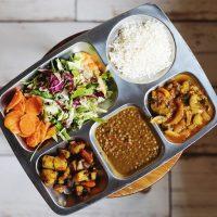 """Thali """"veggie plné chutí"""" - Naša vegánska ponuka je plná čerstvých surovín a výnimočná najmä svojou rozmanitosťou autentických a exotických chutí. Na Jarné Vegánske hody Vám prinesieme indické a thajské vegánske curry omáčky, pripravované našimi indckými kuchármi, no aj skvelý Hlivový perkelt vo vegánskom šate. V ponuke nájdete aj chrumkavý snack a vo vitríne vás bude čakať niečo sladké. Tešíme sa na vás :)"""